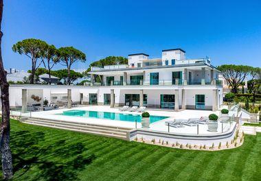 A Modern Villa with Lake Views