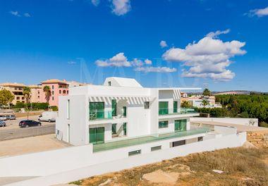New 5 Bedroom Modern Villa