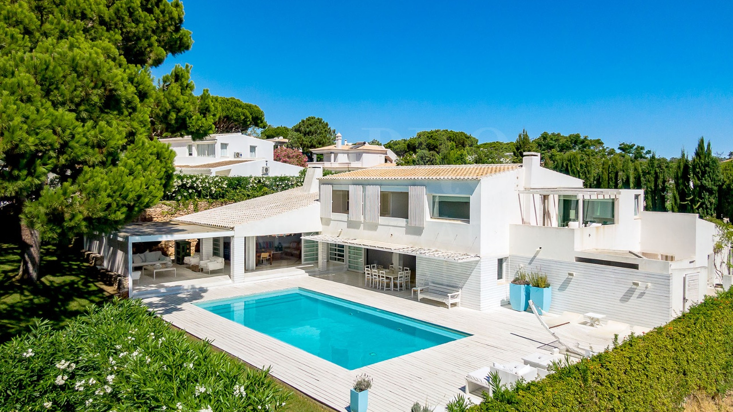 5 bedroom beach house is situated in a private development in Algarve