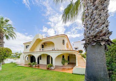 Villa w/ Land in Centre of Almancil