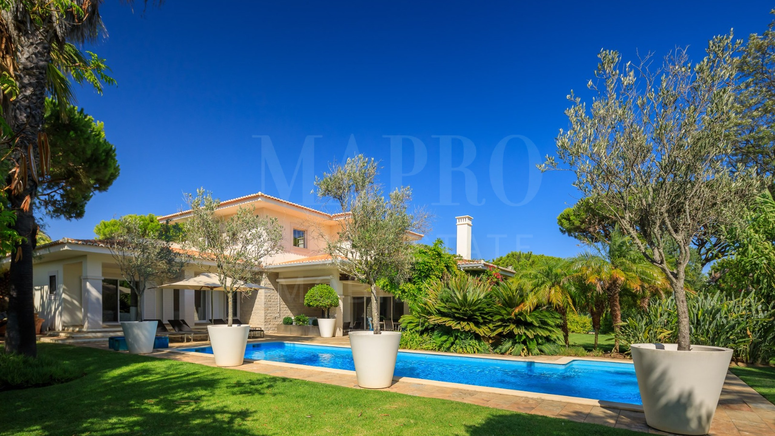 South facing villa situated within the quiet Vilas Alvas development in Algarve
