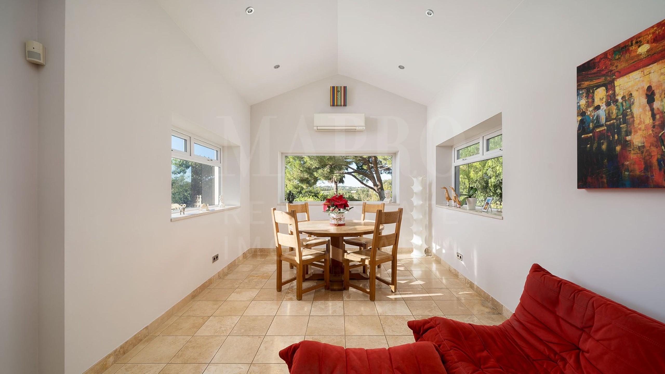 Sala pequena com mesa e cadeiras