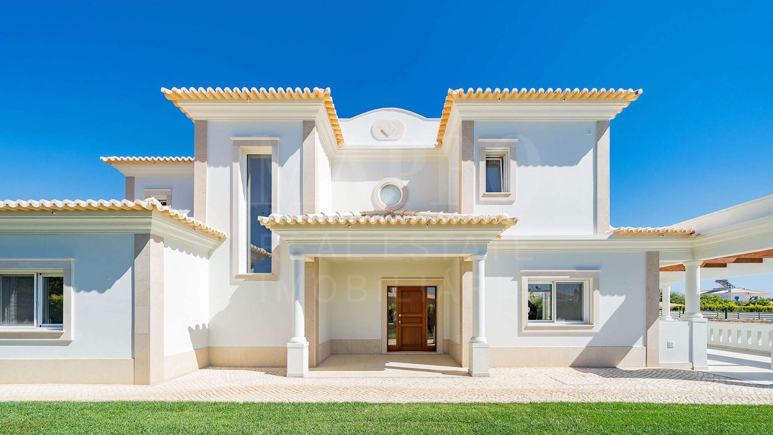 Vue de face de la villa de 4 chambres située dans le complexe de golf de Vila Sol