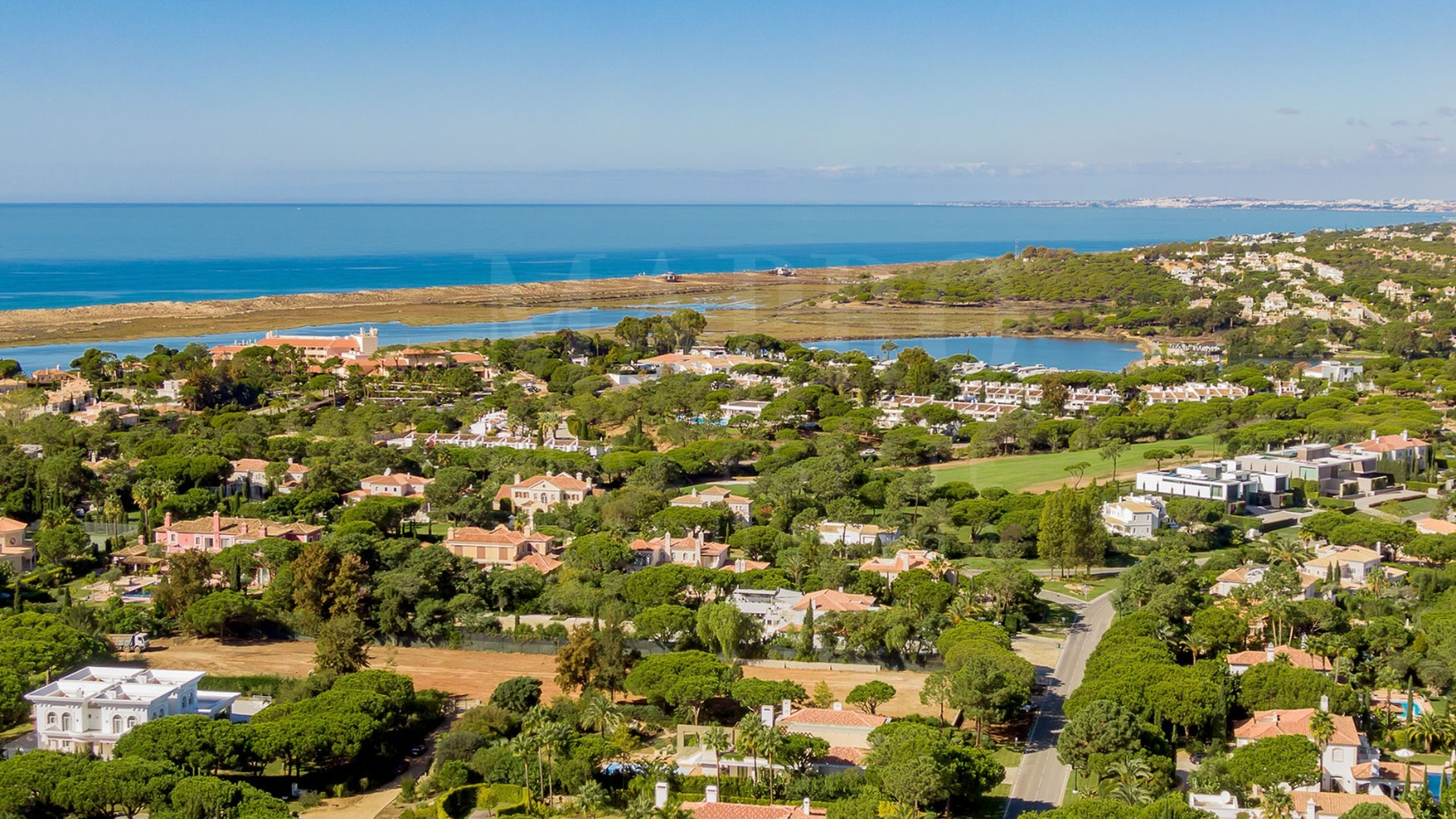 Plot for sale in Quinta do Lago near the sea