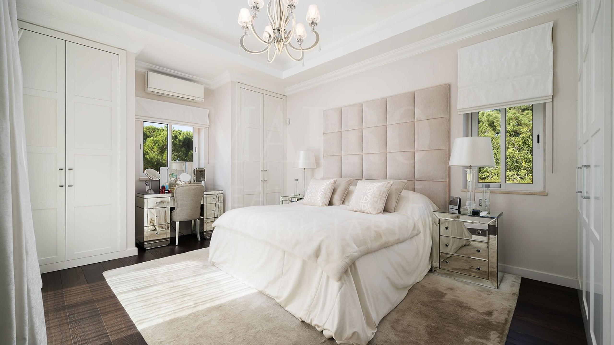 Bedroom with kingsizebed