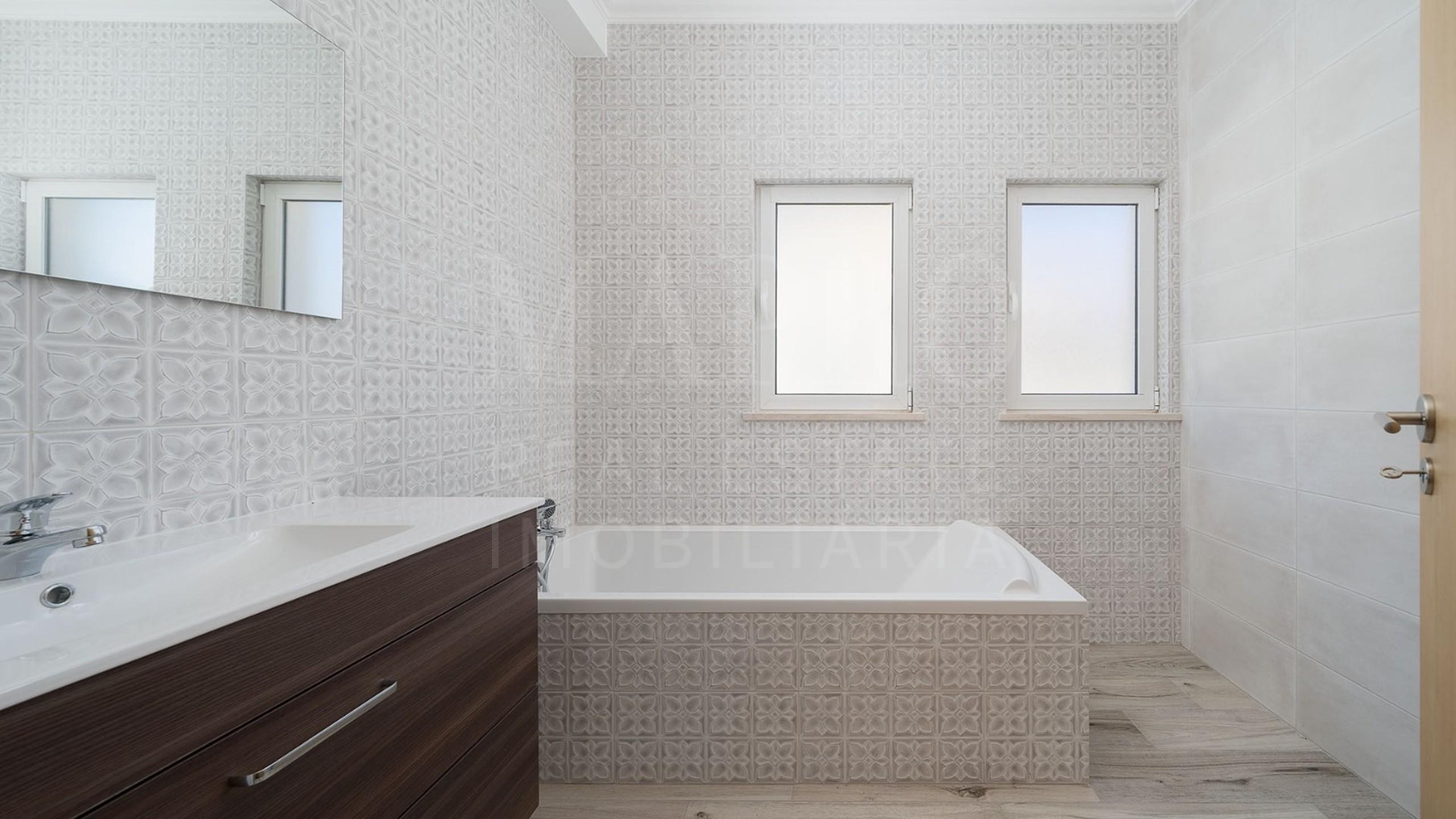Salle des bains avec baignoire