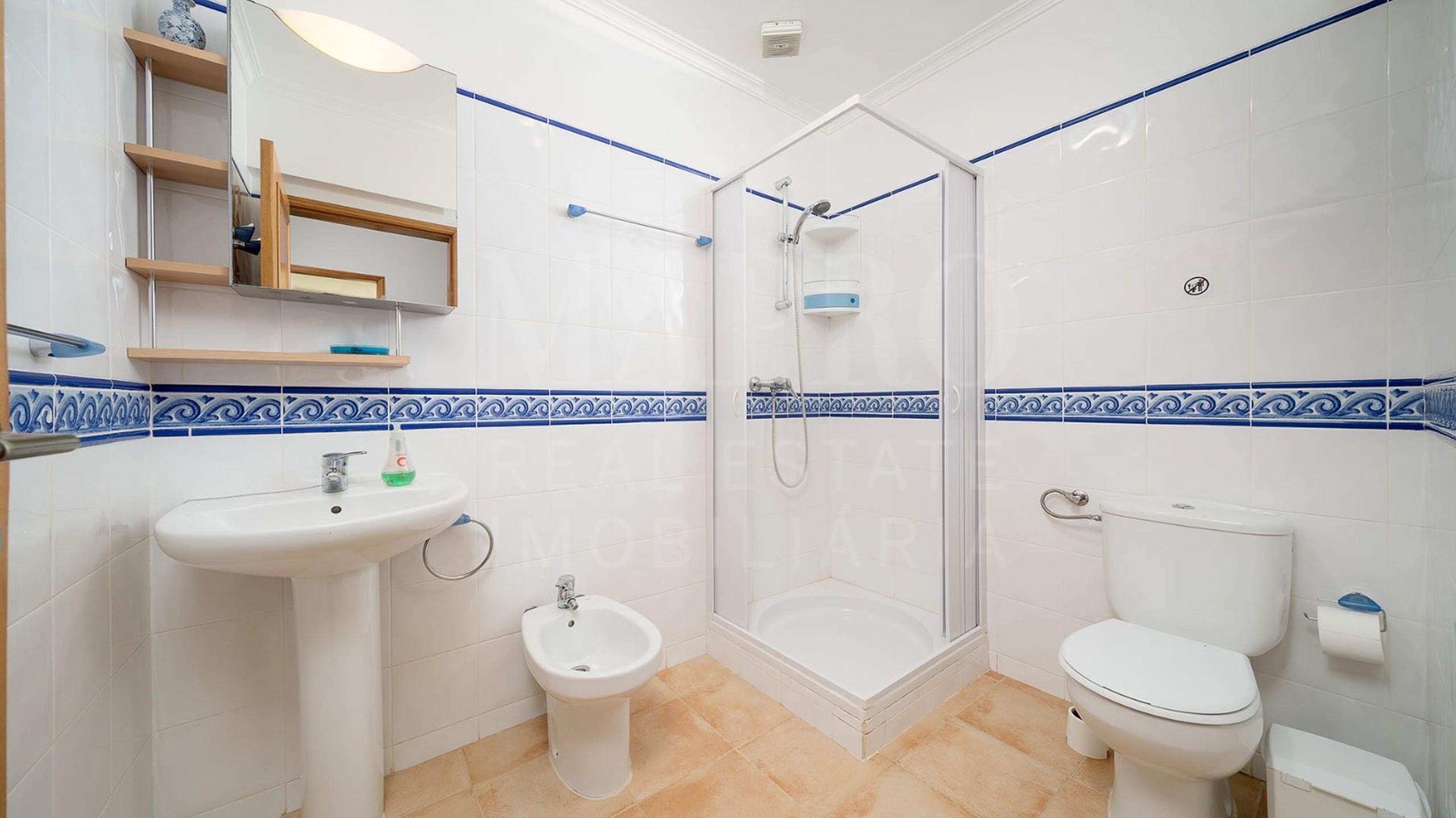 Salle des bains avec douche