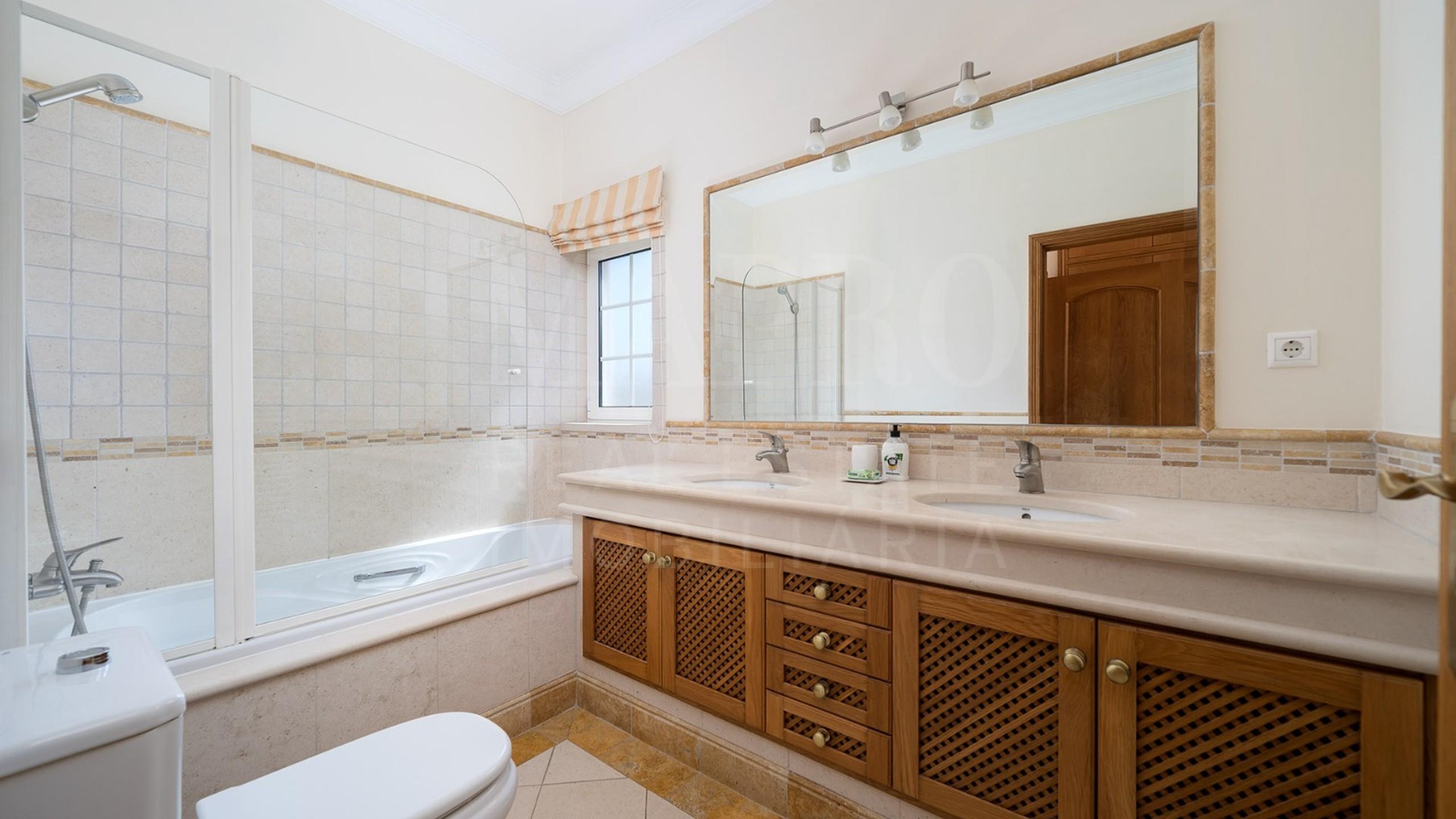 Salle à bains avec baignoire